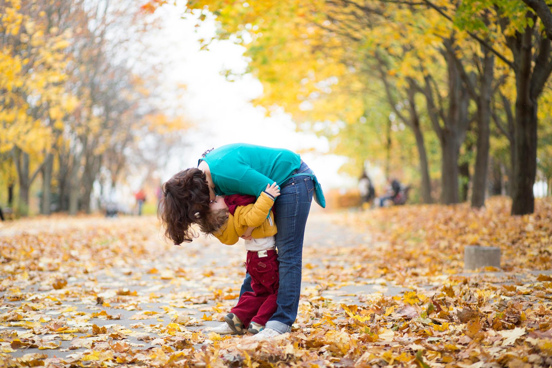Сын удовлетворяет маму рукой 2 фотография